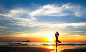 黄昏海边做瑜伽的人物摄影高清图片图片