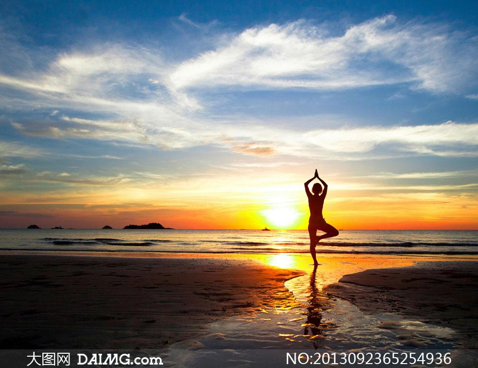 晚霞多云水面海边大海海面海水绿色倒影瑜伽双手合十单腿站立金鸡独立