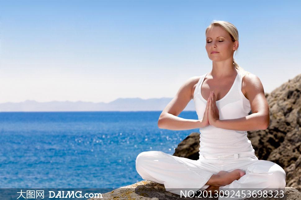 静坐练习瑜伽的美女摄影高清图片