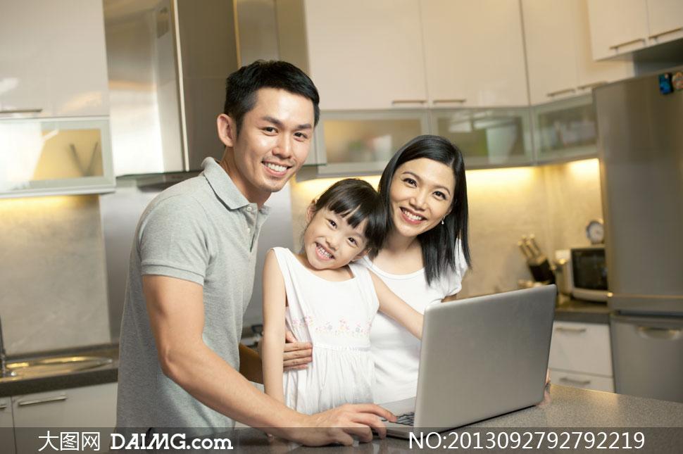 笔记本电脑前的一家人摄影高清图片