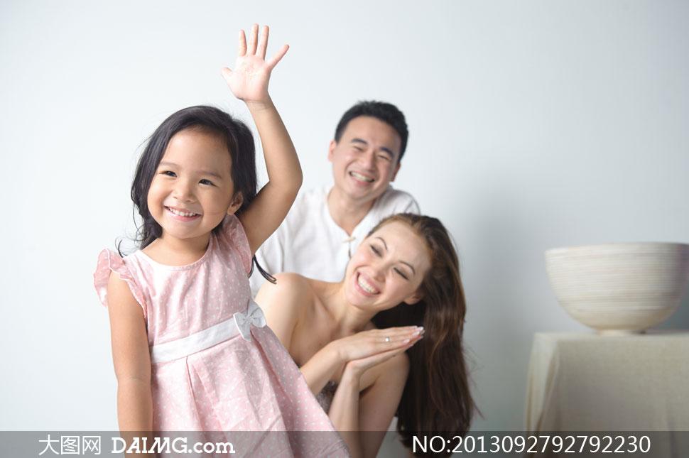 可爱小女孩与父母人物摄影高清图片