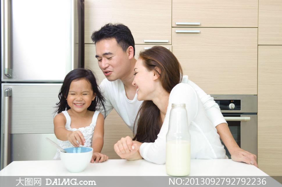 在厨房里幸福三口之家摄影高清图片