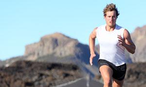 公路上跑步锻炼的男人摄影高清图片