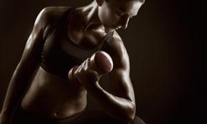 拿哑铃健身锻炼的美女摄影高清图片