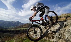 在户外骑单车的背包男摄影高清图片