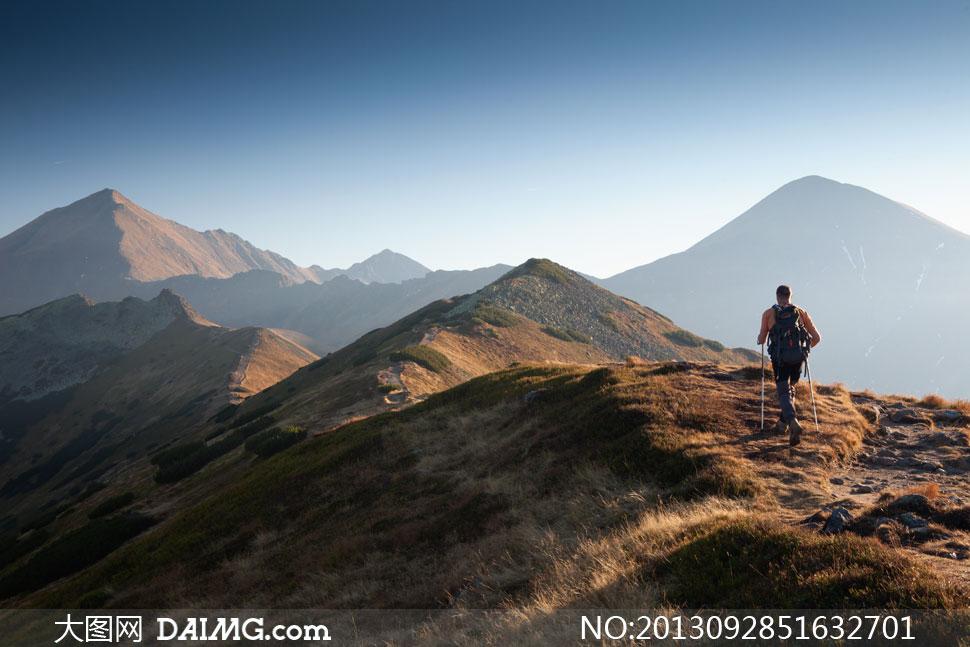 户外登山高清图_在高山上的旅行者人物摄影高清图片_大图网图片素材