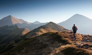 在高山上的旅行者人物摄影高清图片
