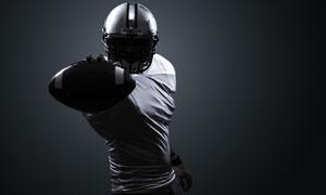 手拿橄榄球的球员人物摄影高清图片