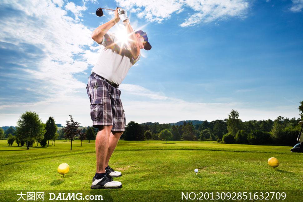 人物男人男性男子球员逆光阳光树木树林球场高尔夫球草地蓝天白云云彩