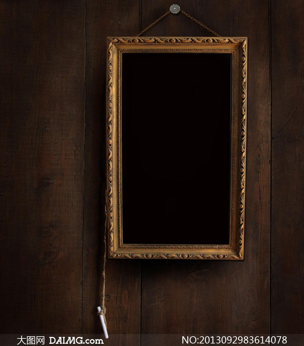 挂木板墙上的木质相框摄影高清图片