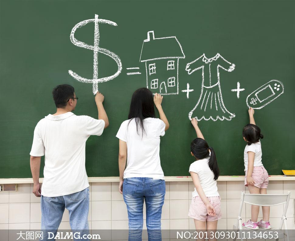 在黑板上画画的一家人摄影高清图片