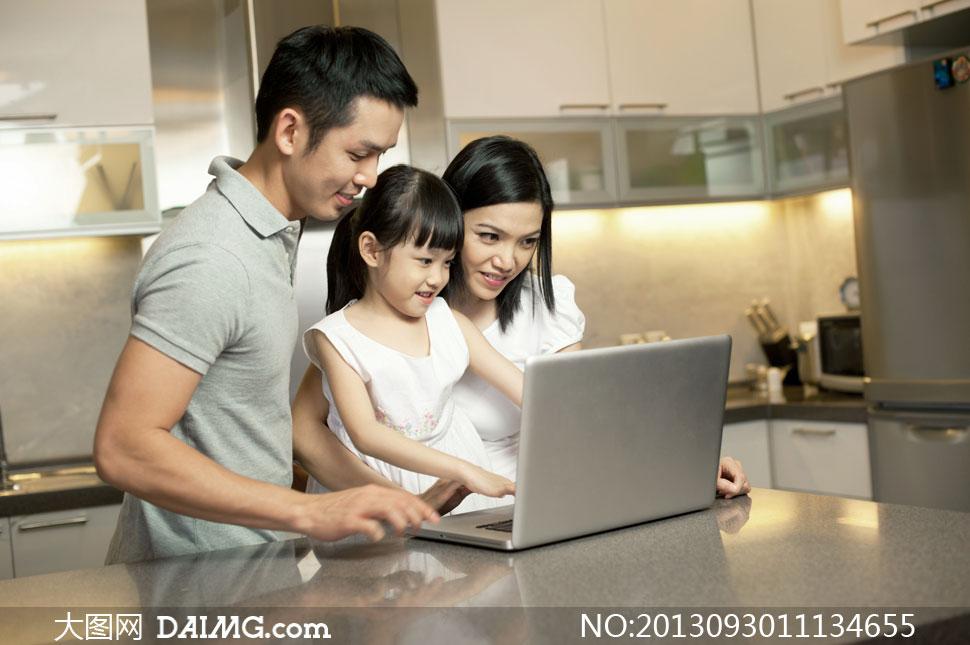 电脑前的幸福三口之家摄影高清图片图片