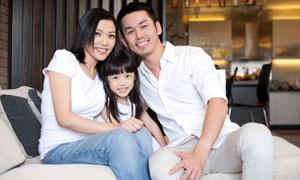 靠在一起的幸福一家人摄影高清图片