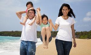 海边度假的幸福一家人摄影高清图片