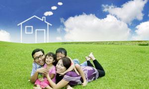 趴草地上的快乐一家人创意高清图片