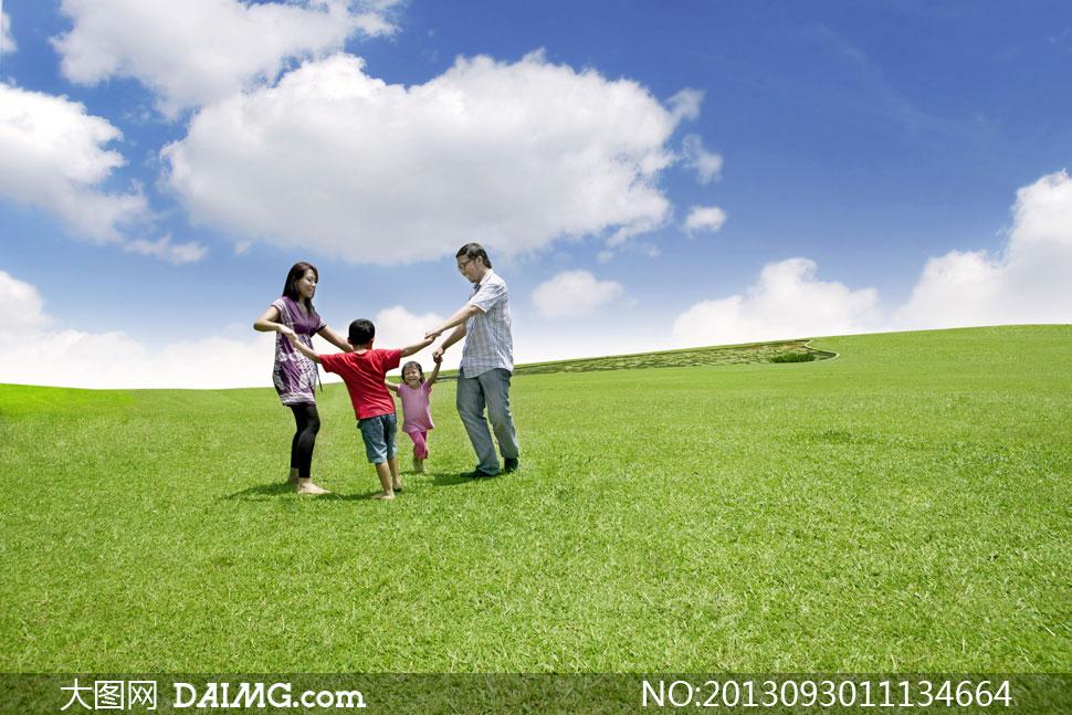 蓝天白云草地三口之家摄影高清图片