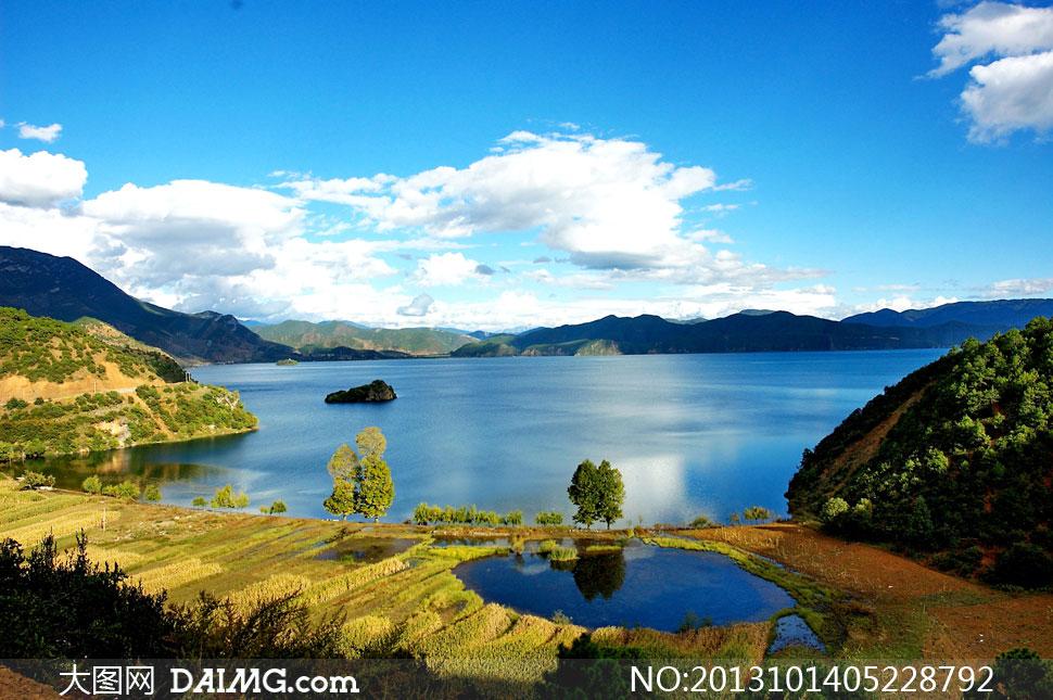 蓝天阳光树木雪地风景摄影高清图片         蓝天白云湖水自然风景