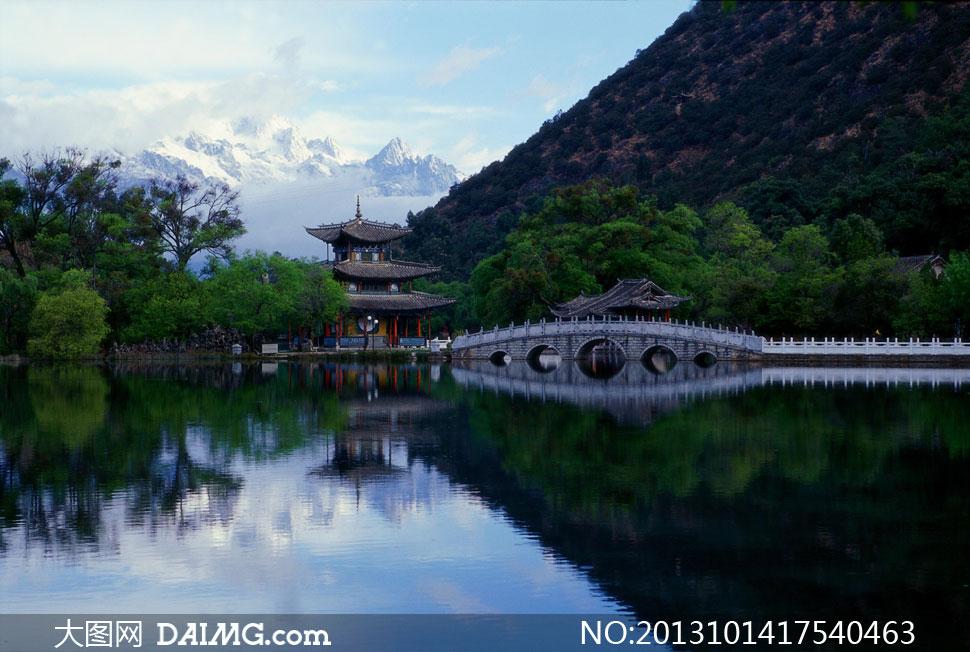 云南丽江黑龙潭与雪山摄影高清图片