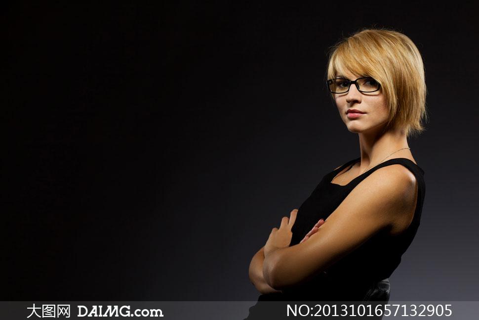 戴黑框眼镜的短发美女摄影高清图片