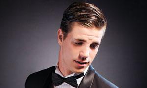 头发锃亮的西装男侧面摄影高清图片