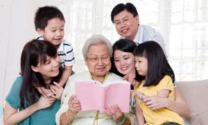 陪长辈老人看书的家人摄影高清图片