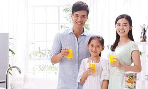 手里端着橙汁杯的家人摄影高清图片
