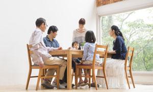 围坐在桌子边的一家人摄影高清图片