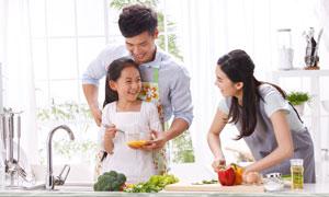 厨房里开心做饭的家人摄影高清图片