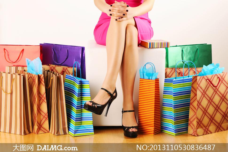 翘着二郎腿的购物美女摄影高清图片