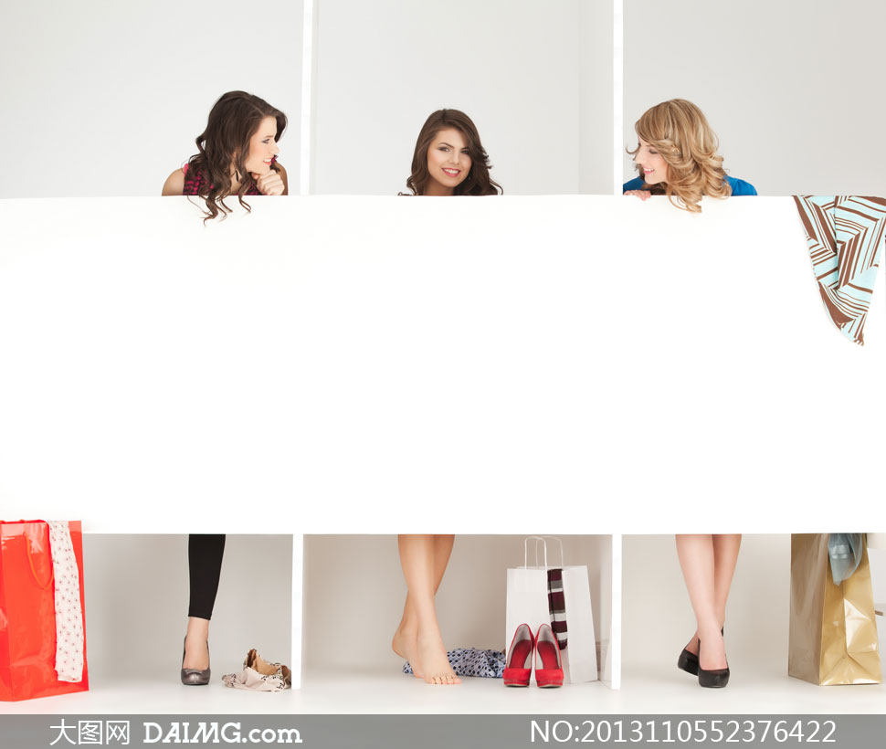 在更衣间试衣服的美女摄影高清图片 大图网设
