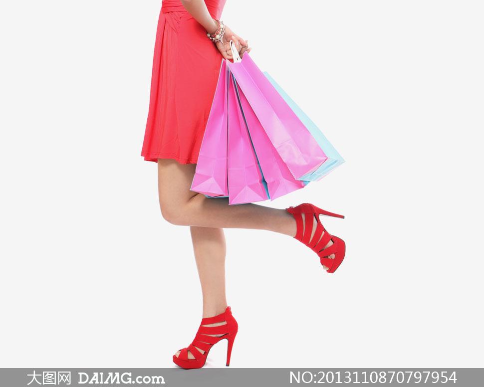 女人手提袋购物袋服装袋黑色粉红色高跟鞋红裙裙子侧面局部特写近景图片