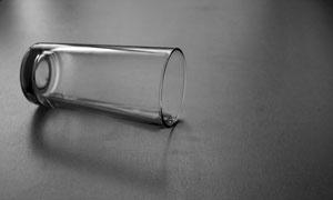 倒在桌子上的玻璃杯高清图片