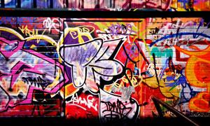 墙壁上的鲜艳涂鸦喷绘摄影高清图片