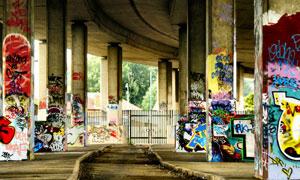 高架桥墩上的涂鸦作品摄影高清图片