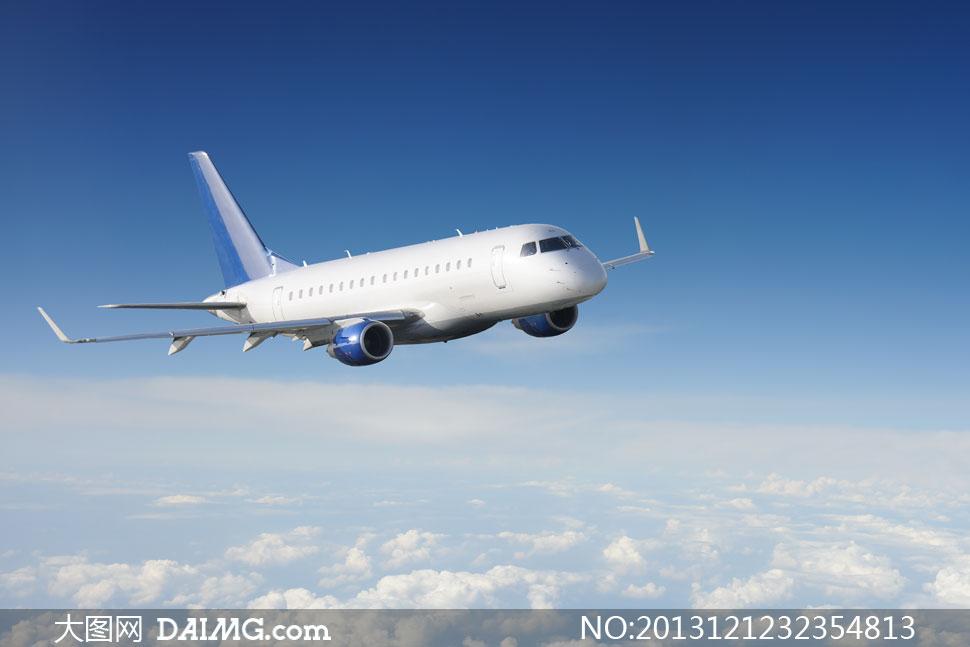 在云层之上飞行的飞机摄影高清图片