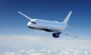 翱翔云层上的民用飞机摄影高清图片
