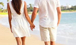 漫步沙滩上的情侣人物摄影高清图片