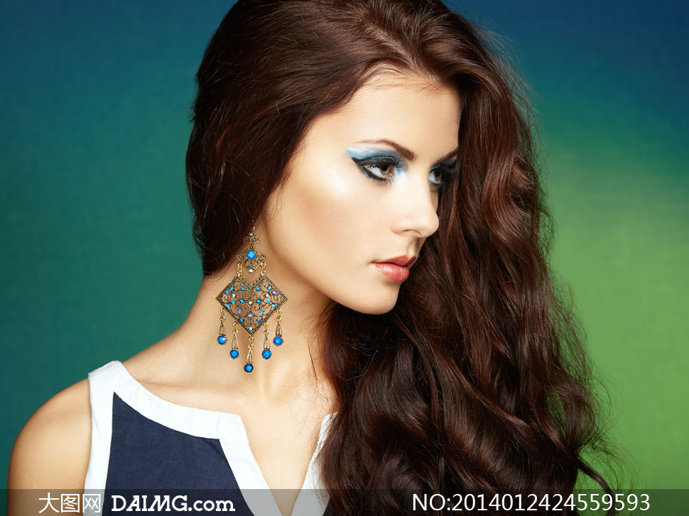 戴耳饰的秀发美女侧面摄影高清图片
