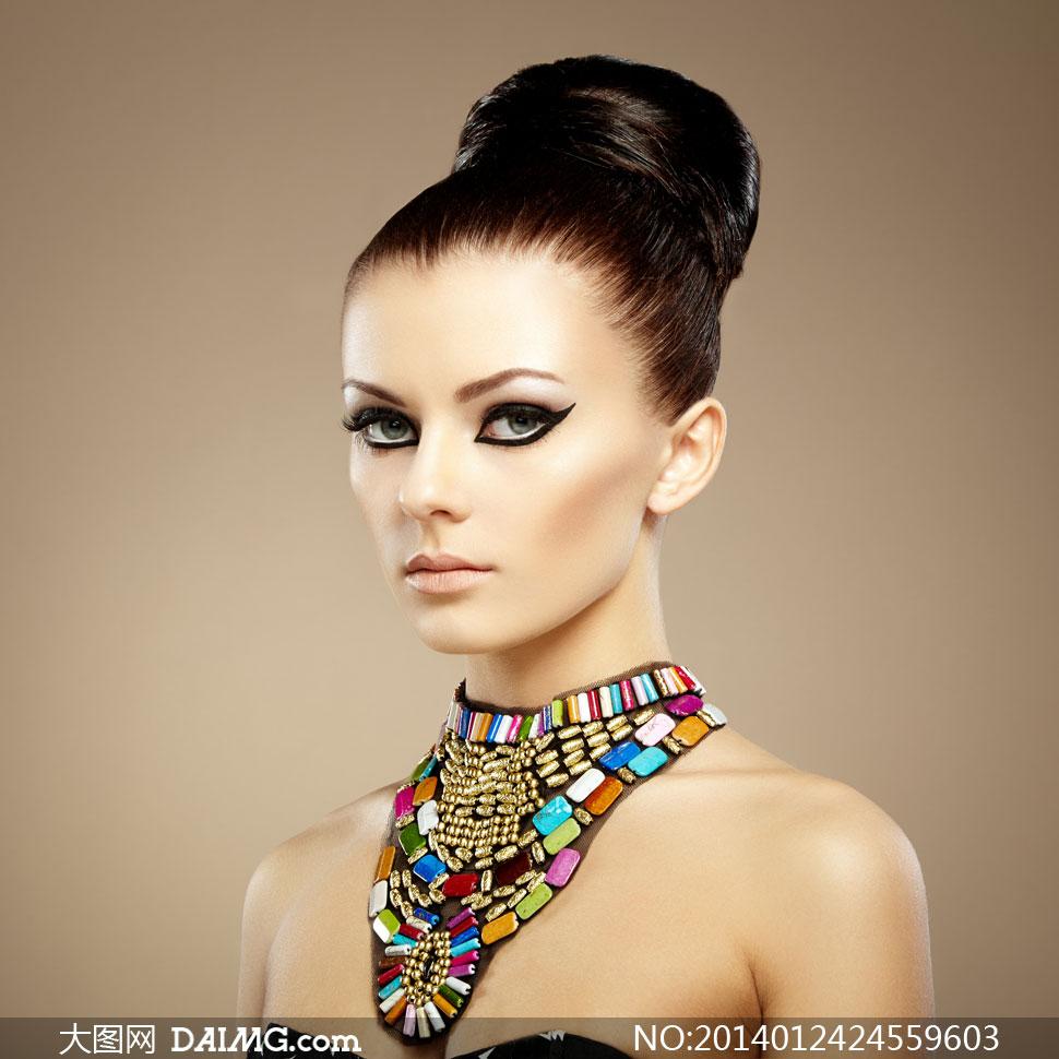 佩戴首饰的盘发女模特摄影高清图片 大图网设