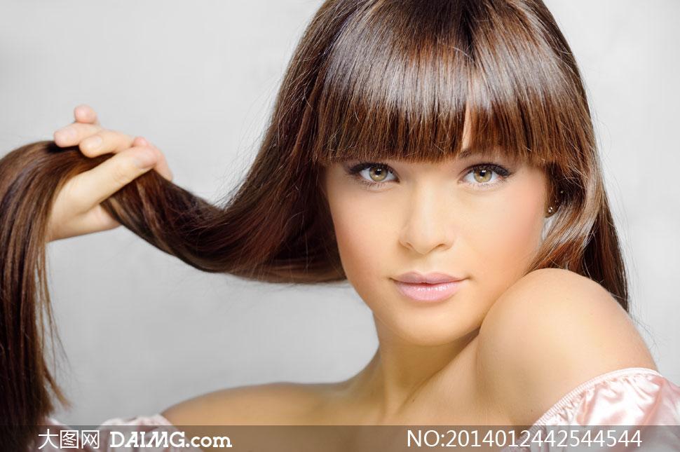 留着齐刘海儿的长发女摄影高清图片