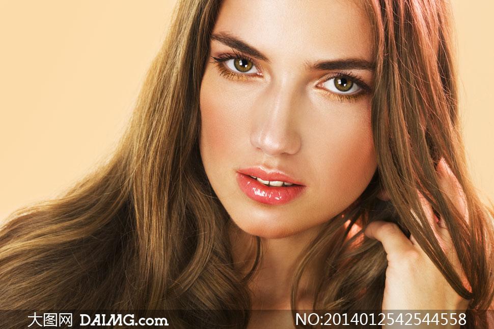 狂日欧美美女_欧美红唇秀发美女人物摄影高清图片