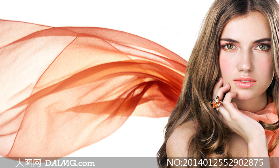 欧美美女女性女人模特妆容化妆美妆淡妆近景特写中分戒指飘逸丝巾脸颊