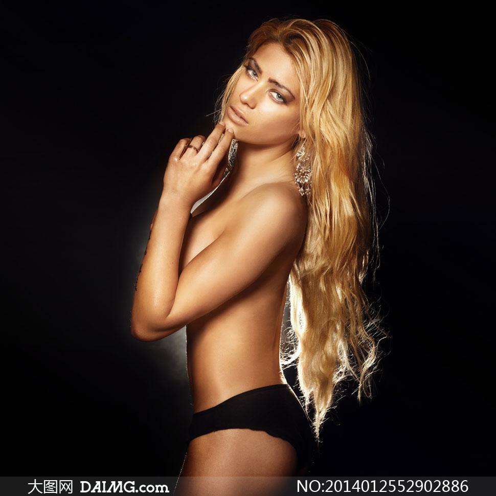 金色披肩长发美女人物摄影高清图片