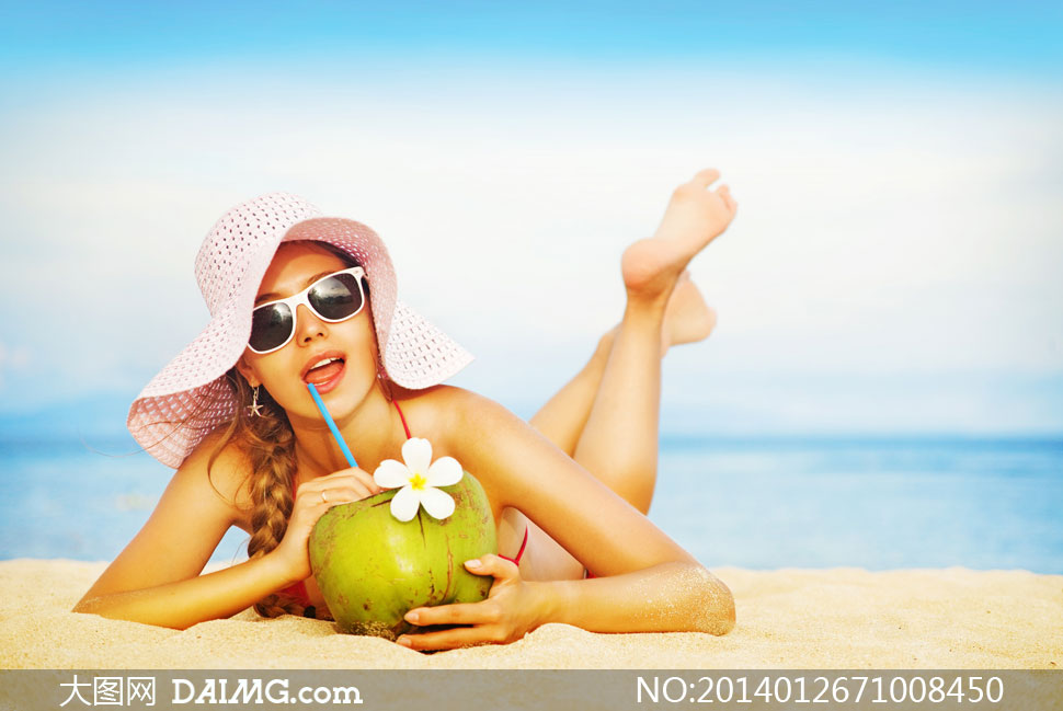 趴沙滩上的比基尼美女摄影高清图片