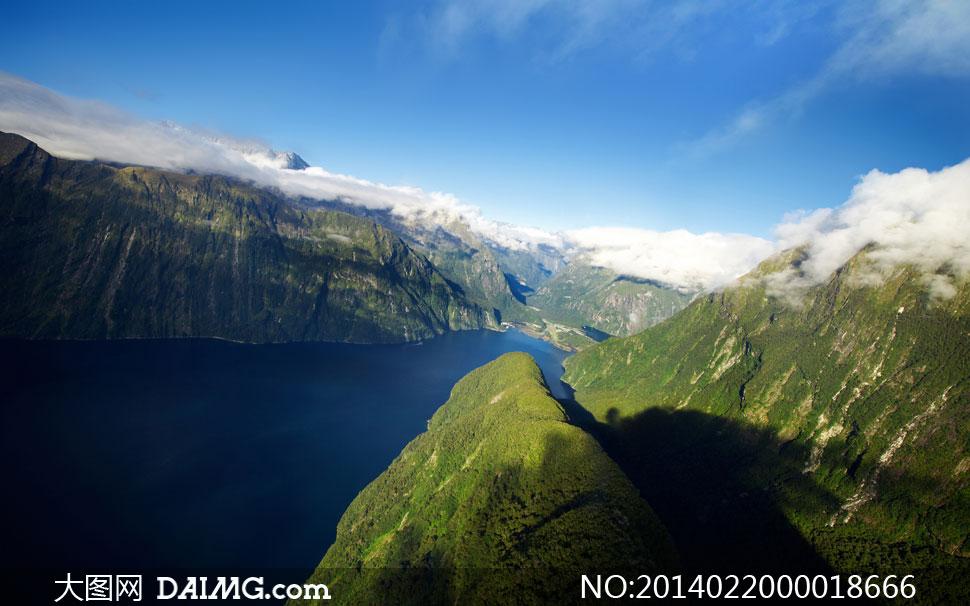 蓝天下的山川河流摄影图片