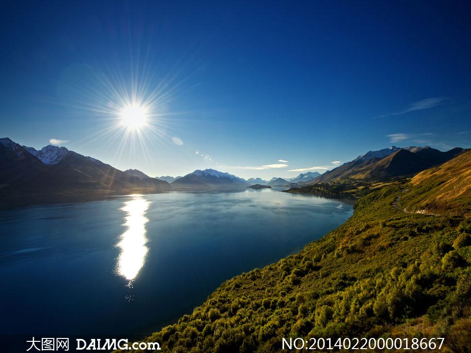 阳光下的山川河流摄影图片