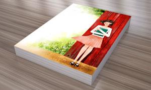 抱着一本书的女孩插画PSD分层素材