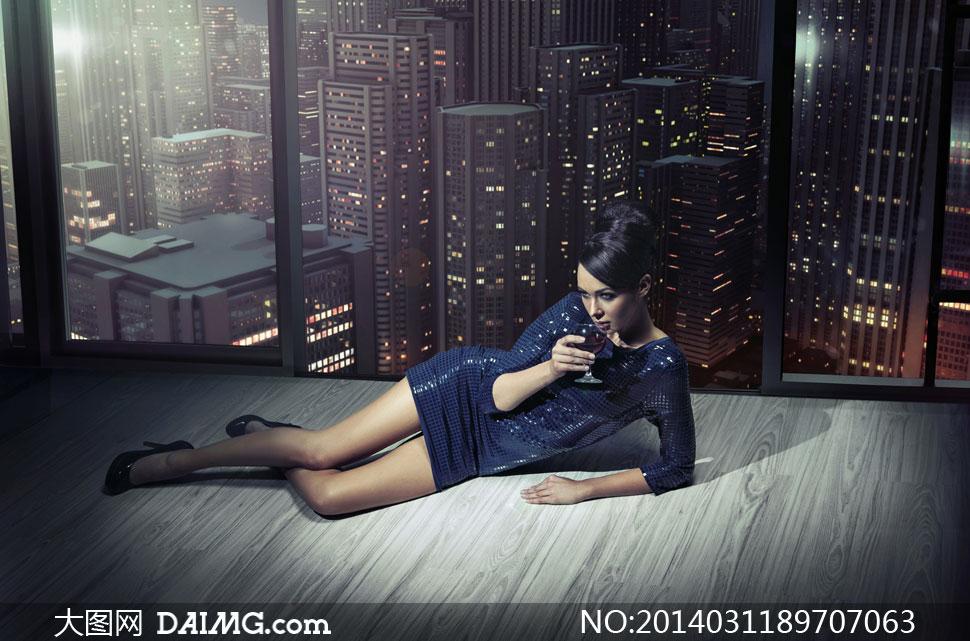 白色连体内衣美女人物摄影高清图片         夜晚建筑物与美女