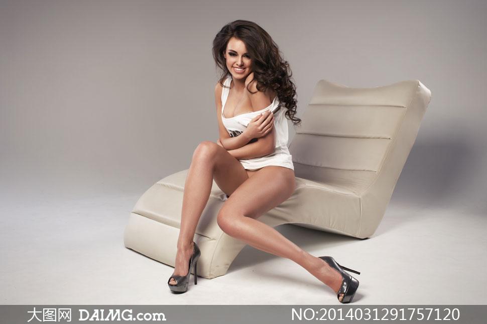 躺椅上的长腿美女模特摄影高清图片
