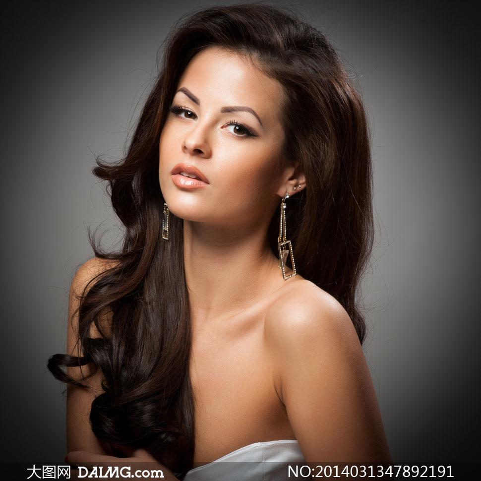 露肩长发美女人物特写摄影高清图片